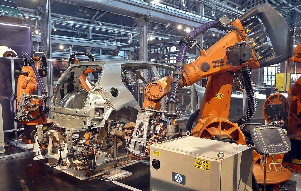 1024px-Industriemuseum_Chemnitz_-_moderne_KarosserieschweiC39Fanlage_mit_Industrierobotern.jpg