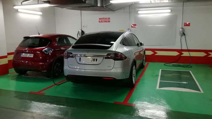 Puntos-de-recarga-de-Tesla-en-el-Corte-Inglés-de-San-Chinarro-de-Madrid.jpg