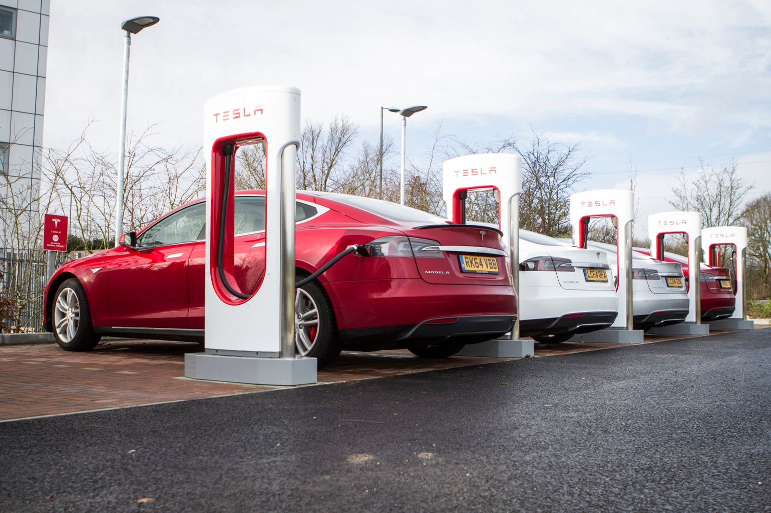 tesla-expands-destination-charging-network-in-europe-with-150-charging-points-106898_1.jpg