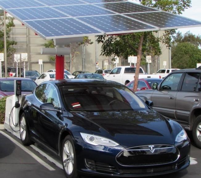 estaciones-carga-electrica-solares-gratis-201520987_2.jpg