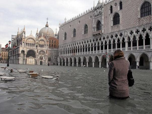 Incremento del nivel del Aqua Alta en la plaza de San Marcos de Venezia
